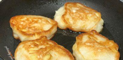 Оладки на кефірі з яблуками, рецепт швидкого сніданку для всієї сім'ї