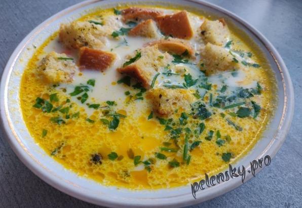 Сирний суп з плавленим сиром і сухариками.