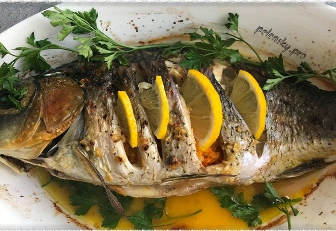 Запечена риба, короп в духовці в ароматному маринаді.