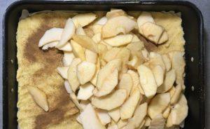 Яблучний пляцок з киселем