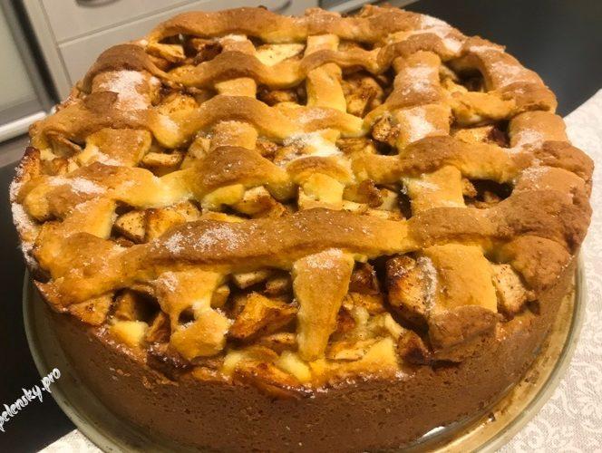 Насипний сімейний яблучний пиріг, з красивим оформленням та соковитою начинкою.