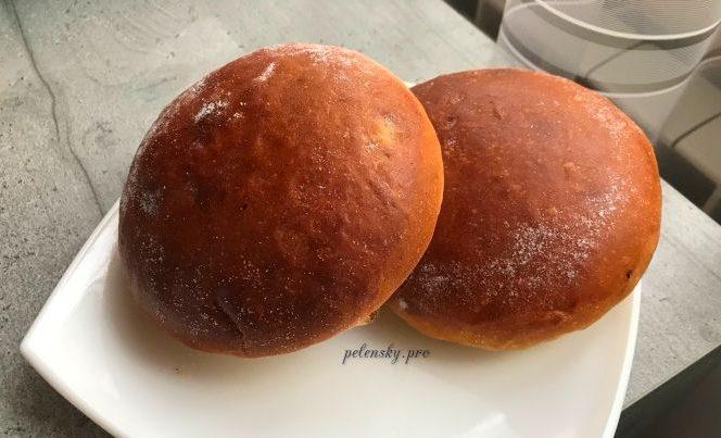 Смачні ванільні домашні круглі булочки з родзинками, аромат який не можливо забути.