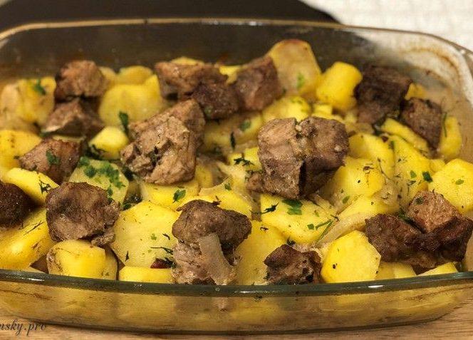"""Запечена картопля з м'ясом """"Шашлик на подушці"""", дві страви в одній."""