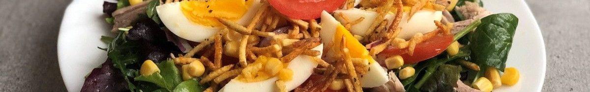 """Салат з кукурудзою, хрусткою картоплею і помідором """"Мрія життя""""."""