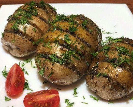 Картопля гармошка з грибною начинкою, рецепт пісної страви.