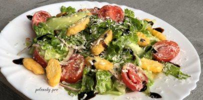 """Салат """"Аля Цезар"""", рецепт овочевого салата з смачною заправкою."""