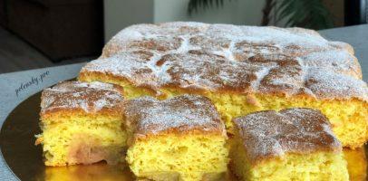 Пляцок з ревенем. Рецепт торта із приємною кислинкою.