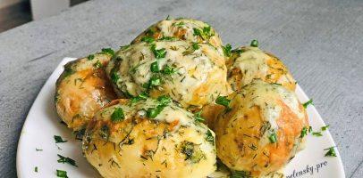 Рецепт молодої картоплі запеченої з сметаною і кропом в духовці.