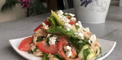 Салат з бринзою, куркою і овочами. Святковий ароматний салатик.