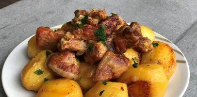 Тушкована картопля з м'ясом, рецепт гарячої другої страви.