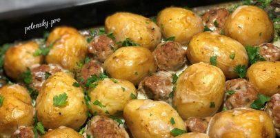 Молода картопля з м'ясом запечена у духовці.