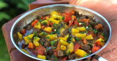 Яловича печінка з овочами на сковороді. Такого ви ще не бачили.