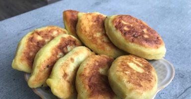 Пиріжки з лівером на картопляному тісті смажені у сковорідці.