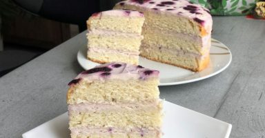 Торт з вершковим кремом і чорницею.