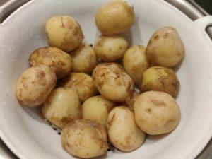 Молода картопля з часником відварена і смажена