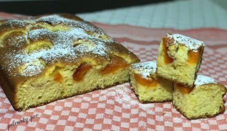 Простий пиріг на кефірі з абрикосами, пухкий і смачний.