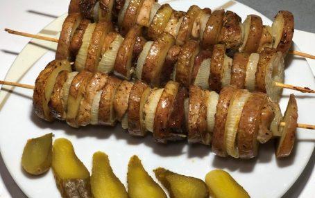 Картопля з м'ясом на спажках в духовці. Готується просто і швидко.