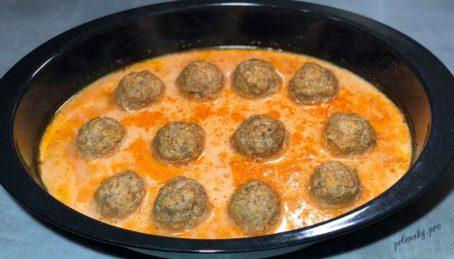Тефтелі в духовці у вершковому соусі.