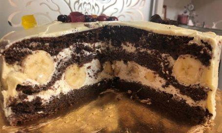 Шоколадний торт з бананами і вершковим кремом.