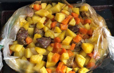 Запечена картопля в духовці з гарбузом і м'ясом.
