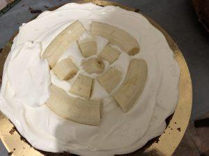 Шоколадний торт з бананами і вершковим кремом