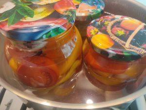 Мариновані помідори половинками з цибулею