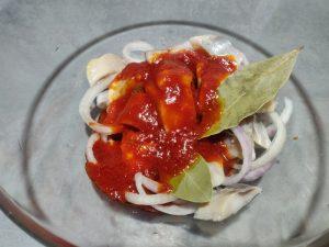 Маринований оселедець в кетчупі