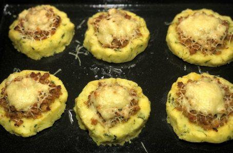 Картопляні гнізда з фаршем в духовці.
