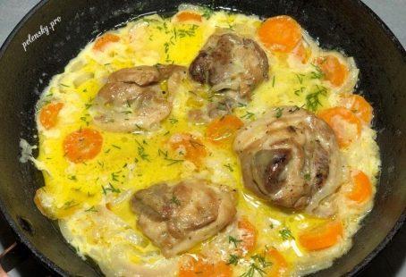 Курячі стегна на сковороді з овочами в сметані.