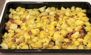 картопля запечена з ковбасою